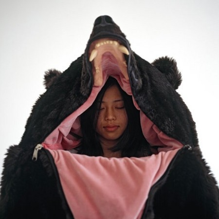 睡袋本身保暖能力強,大家套上睡袋後,只要拉上拉鍊,整個人就被黑熊吞下去了