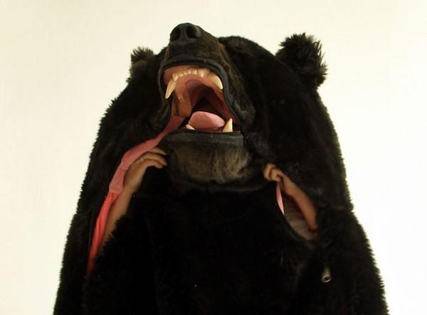 這個「大黑熊睡袋」是由一位來自日本的藝術家Eiko Ishizawa於2007年設計出來