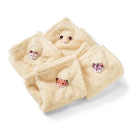 倉鼠毛巾一共有四款,顏色都是米黃木槺色,而躲著睡覺的倉鼠就是不同的種類