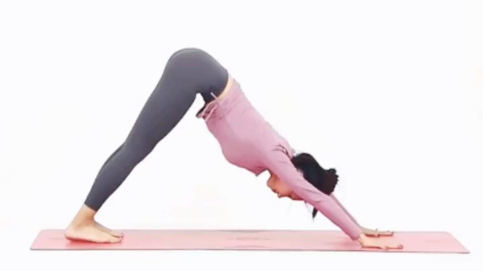 首先準備動作是雙手手掌撐地,上半身向前趴,然後臀部抬至最高點,背部要維持一直線,整個身體與地面呈現三角形