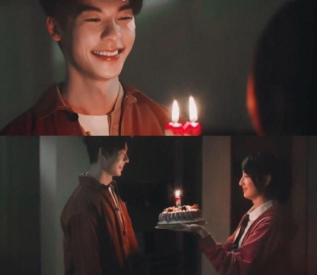 當他要許下第三個願望時,莫俊傑再關了燈,黃雨萱的聲音就唱著生日歌出現了!李子維一轉身,看到的是17歲的她穿著高中校服、端著蛋糕微笑的模樣。