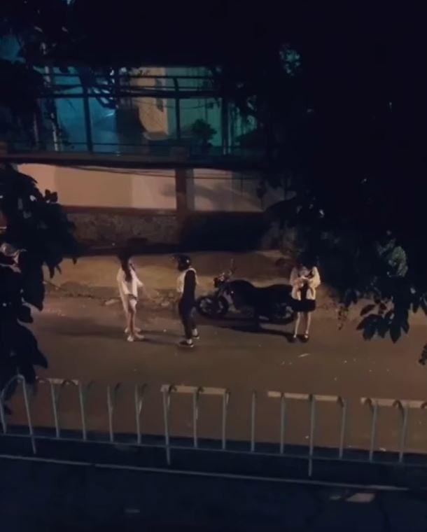 最近在網上流傳一段影片,女友在街頭上問男友「要我還是她」,結果男友竟然選擇「紅粉知己」,讓網民傻眼!