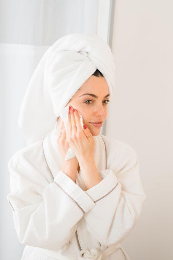 大家去完角質後,毛孔乾淨了,別忘了要用收儉毛孔的爽膚水保濕,以助收回撐大的毛孔。