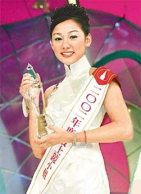 嘉碧儀生於澳門,爸爸是葡萄牙人,在2002年參加那年因其精緻五官早就被視為冠軍大熱門,當年她獲得最上鏡小姐、纖體美態獎