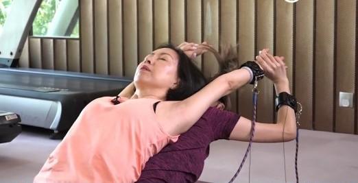 在做瑜珈時,除了動作失平衡更發現她們關係失衡。瑜伽心理學導師可以透過過程了解雙方的關係弱點