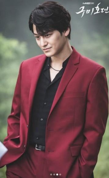 另一位男主角金汎,飾演「李郎」是李棟旭同父異母的弟弟,有著「人類與九尾狐」的血統。男二也有超高顏值,性格愛開玩笑、穿著華麗時尚。