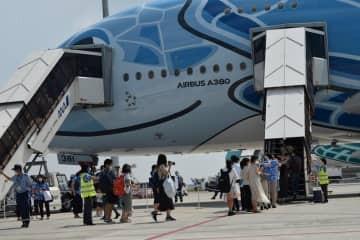 機內的氣氛超好,大家都紛紛拿著紀念品拍照。乘搭頭等艙及商務艙的乘客更可以獲得搭乘證書、背包、行李標籤等紀念品