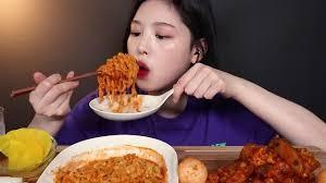 為響應惜食令,內地掀「寵物大胃王」熱潮,強迫寵物進食辣椒雞髀,被狠批喪心病狂!