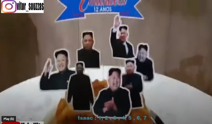 其中貼在牆壁上的海報印有正在揮手的金正恩,並寫了:「祝Emanuela 12歲生日快樂」;而蛋糕則插了7個金正恩不同的肖像,看到都覺得又生氣又好笑~