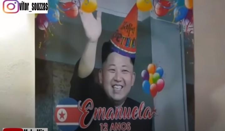 妹妹本身都滿心歡喜的期待著哥哥為她準備的驚喜,不過當看到這搞笑場景時,內心也是有一點驚嚇,之後就忍不著發笑,完全不敢相信自己所看到的景像,哥哥竟然把北韓領導人「金正恩」放了在海報及蛋糕上