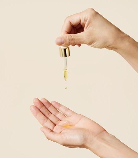 【精華油用法】把精華油滴在精華液、乳液或乳霜等,均勻混搭後就會大大加強滋潤度,這時在乾燥的肌膚塗抹,你會發現其潤澤功效倍增