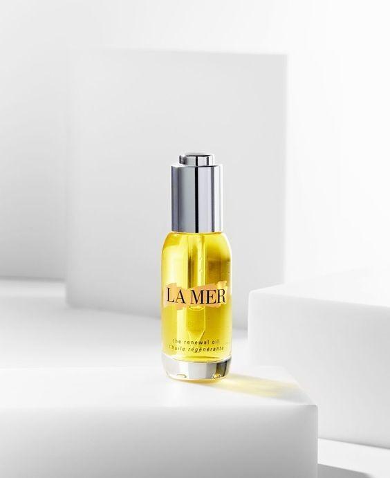 【精華油用法】LA MER的「再生活膚精華油」可是相當有名氣,它的雙重質感有效為肌膚注入源源水分,令肌膚變得嬌嫩柔滑,還可以提供修復效能