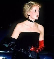 戴安娜王妃這次戴上了與晚禮服一樣色調的黑+紅色,如此有心思的搭配反而更巧妙地成為焦點所在~