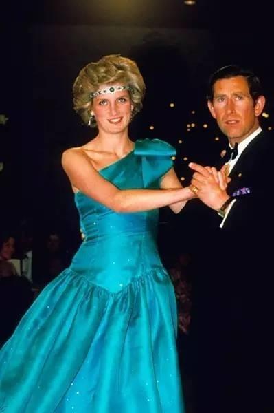 戴安娜王妃每次戴在額頭上的珠寶都會驚艷全場,瞬間增添幾分異國風情的氣質,就如是天方夜譚中的阿拉伯公主~