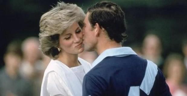 戴安娜王妃認識了大她13年的查理斯王子,據悉兩人是一個聚會時見面,當時的查理斯王子正處於情緒低落期,因他剛與女朋友分手