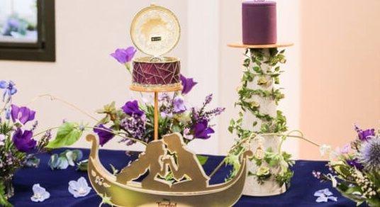 迪士尼公主婚戒10長髮公主款的婚戒盒子設計成透光的金色盒子,盒身用了主題顏色紫紅色,而且橫紋的設計彷如童話中公主住的高塔一樣,讓王子勇敢翻過圍牆才得到真愛。