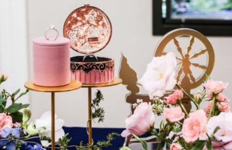 迪士尼公主婚戒13這款盒子也用了透光的設計,粉色與金色的配搭看起來超級少女心~盒身用了童話裏具代表性的衣車紋路,典雅斯文的外表讓人看的目不轉睛!