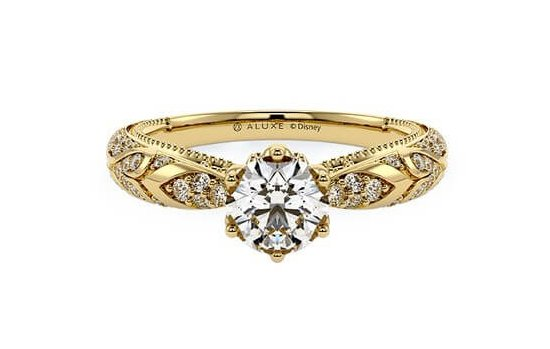 迪士尼公主婚戒2阿拉丁這一款同為金色的戒指款,不同的是這款戒指上刻有阿拉伯的圖騰,還有公主宮廷風的設計,在戒指的鑽石下還有一顆鑽石,超級閃亮高貴而且擁有異國風情的奢華瑰麗!