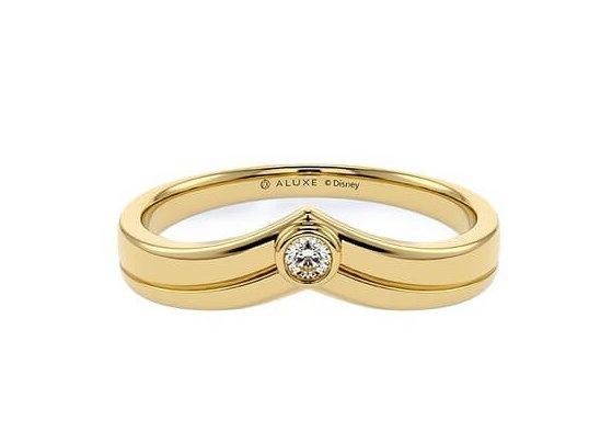 迪士尼公主婚戒3特別的是這一款的男裝婚戒也設計的超好,弧形的設計還原了故事中的皇冠!婚戒盒子合適用了燈神的顏色,而且也是透光款的中東式設計,美得讓人不結婚也超想收藏~
