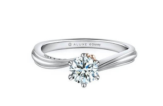 迪士尼公主婚戒4婚戒的特別就是戒指設計成流線型,像海浪的堆砌一樣,象徵自由堅定的浪漫愛情~小小的玫瑰金色貝殼在鑽石旁邊,而且有漸層的珍珠,讓婚戒看起來超精緻~