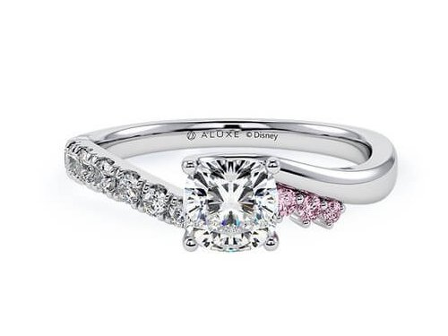 迪士尼公主婚戒5睡公主的設計也是銀色款,超多鑽石在上的這一款看起來超級高貴,戴上將會像個超個真正的公主一樣。加入公主主題顏色粉紅色的戒指,代表著於真愛下無所畏懼,也象徵對愛情不畏困難的勇氣與耐心,終會獲得祝福和甜美的愛情。
