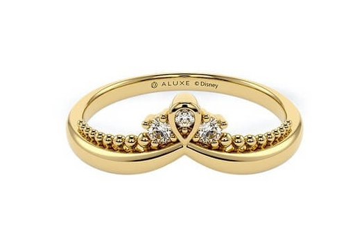 迪士尼公主婚戒6阿拉丁這一款同為金色的戒指款,不同的是這款戒指上刻有阿拉伯的圖騰,還有公主宮廷風的設計,在戒指的鑽石下還有一顆鑽石,超級閃亮高貴而且擁有異國風情的奢華瑰麗!