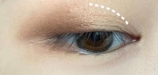 然後在眼尾和眼頭也加上再深一度的顏色,大造出深邃又立體的眼睛。這個部分很重要,消腫能力100分!