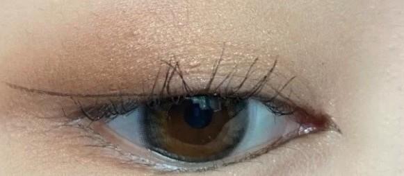 後眼線的部分,就要畫上揚又順著自己眼型的方向畫。然後連接起後眼角的位置,然後填色!