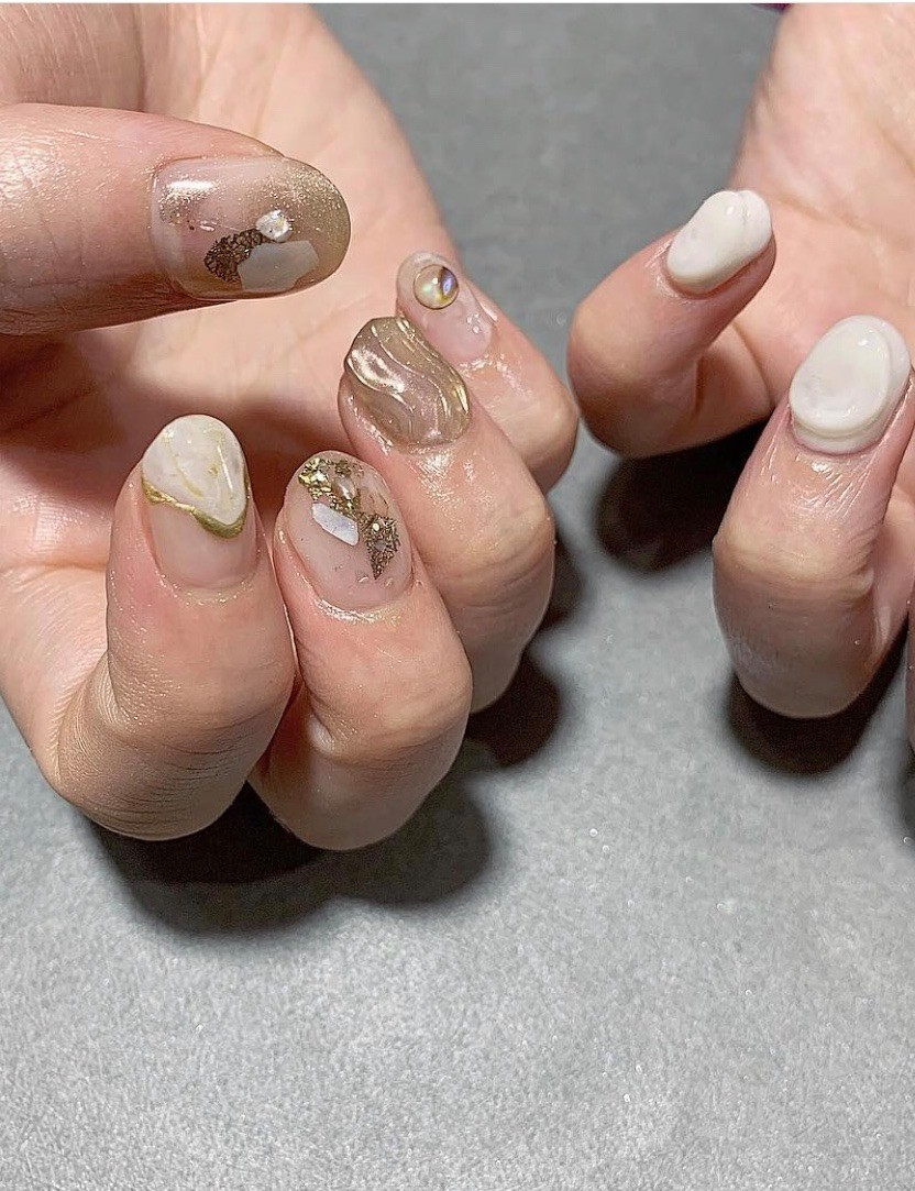 日本的3D美甲技術弄的越來越好,在指甲上加上厚厚立體感的形狀的設計也豪不誇張,除了很美又不會妨礙到日常生活之外,摸起來很療癒~加在這款上面還更有海岸在指甲上的感覺,像蒐集了貝殼和岩石天然物質在指甲裏那樣~(感覺很適合特別喜歡地質的女生)