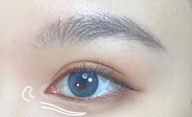 最後眼頭還需要加些點綴,下眼線畫直一半後,可以用幼的白色閃亮打亮筆在眼頭加上亮光和在緊貼下眼線的下面畫一條高光打亮眼底。