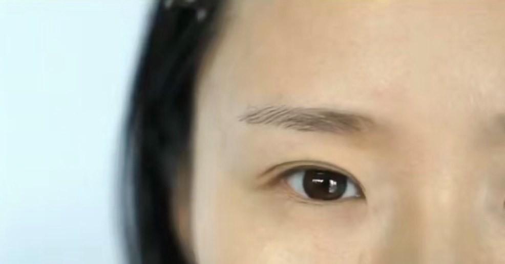 其實除了做手術以外,還可以靠特別的化妝技巧去令眼睛看起來更圓更大一點!其實最直接的方法就是貼雙眼皮貼,但是有些「手殘妹」就是怎樣也貼不好,所以還是靠化妝補救吧!