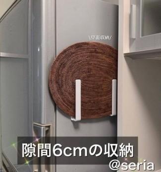 掛鉤也是日本人常用的收納小幫手。一些我們忽略的地方,其實加一個掛鉤,就可以省很多位置。一些空隙和牆壁也是可用的位置,掛在一些可以協助我們做事的地方就可以為我們省時間省空間。