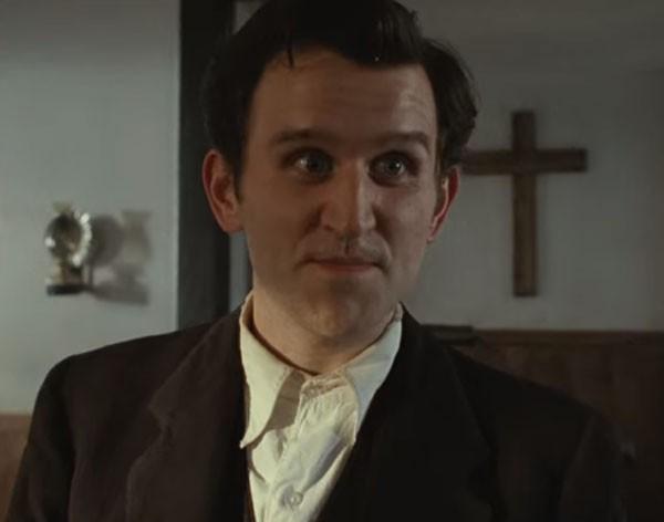 而另一個有著瘋狂虔誠信仰的男配角原來是曾經演出《哈利波特》飾演欺負人的肥小子Harry Melling!闊別螢幕十年後,帶著精靈的樣子和瘦削的身材和觀眾見面,讓人暖心期待他的更多作品~