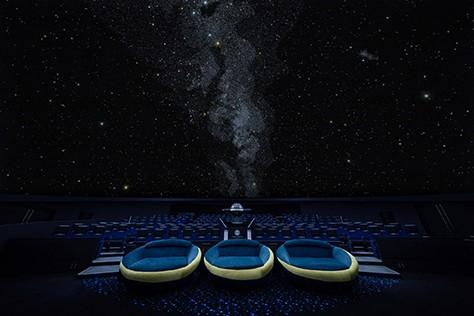 在2017年重新翻新的「天空」天文館最大的賣點在於其3D音效設備,共有43組曠音器和4組低音喇叭,以超高質的音響設備提供極真實的環回立體音,在視覺享受的同時亦能大飽耳福。