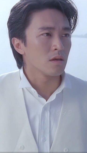兩年前在台灣選舉大會中現身已經讓人驚訝不而,除了白髮,兩頰也開始鬆馳而且黑眼圈頗為深。眾多網友們感慨不已 ,在電影界以搞笑片出名的他,形象精靈活潑,經常需要鬼馬扮醜但也難掩他俊俏的臉!周星馳年輕