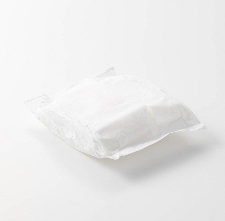 無印良品衛生巾13衛生棉分為21公分的有護翼版和23公分的無護翼版。共有2片裝和10片裝,可依個人使用習慣購買使用。2片裝售價約港幣$14元,10片裝就賣$29元。有網民表示在價格上偏貴,可能不是大眾會在衛生棉上日常會肯花的價錢,不過因為它的棉是有機棉,所以也有部分人認為價錢合理。