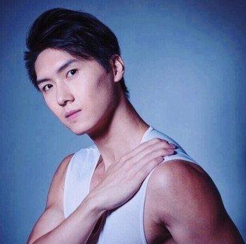 王浩信弟弟10他更曾參加內地一個配對節目《非常完美》。曾經報名TVB的藝員訓練班卻不幸在第二輪被淘汰,在2016年,又參選TVB香港先生一度成為當時城中熱話,但後來因病而逼不得而退賽。
