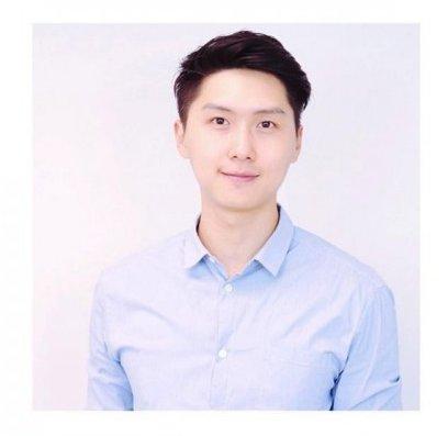 王浩信弟弟8其實他一直也默默在這個圈子努力突圍,在年輕時因身材高挑而不時做模特兒的工作,在不少商場和街頭的宣傳照中也能看到他的身影。