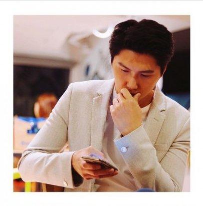 王浩信弟弟9其實他一直也默默在這個圈子努力突圍,在年輕時因身材高挑而不時做模特兒的工作,在不少商場和街頭的宣傳照中也能看到他的身影。