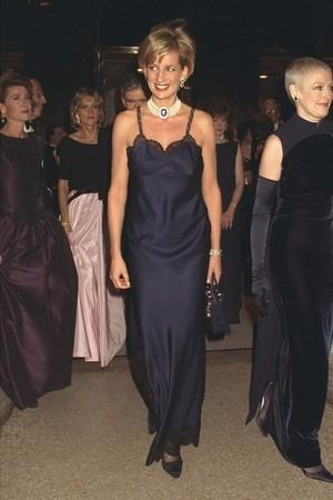 戴安娜與查爾斯王子離婚消息公開三個月後,於1996年出席Met Gala時,就穿上了由當時擔任Dior創意總監 John Galliano 所設計的 Dior 經典內衣禮服
