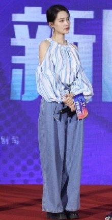 30歲的大陸女星李沁外貌清純,氣質不凡,而且身高也有166cm,女生來說還算是高,理應穿甚麼衣服也會很好看~但是高顏值的她竟然會有carry不起的衣服,而且造型也非常崩壞。網民質疑造型師的專業,皆因她造型「炒車」的事件也並非第一次了。