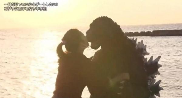 13歲女迷哥斯拉30意想不到的是她竟突然向哥斯拉求婚!看來女孩的愛真的深似海~哥斯拉有猶豫但最後也答應了,最後女孩以主動出擊的深情一吻來結束她期待已久的約會。