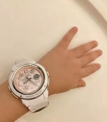 這一張她讓女兒戴上價值$1000元的Hello Kitty 特別版手錶,明顯看得出其實女兒還不夠大戴手錶,手臂雖然肉肉的但是還很幼。林心如寫著:「是一種硬把自己喜好傳給下一代的概念。」。網民也認為小朋友不用戴那麼貴的錶,而且覺得硬逼女兒喜歡自己喜歡的名牌真的言之過早,怕長大前就已經影響她的價值觀。