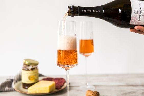 這款「氣泡茶」加入了洛神花以調教出浪漫唯美的粉紅色調,倒進酒杯時,真的彷如在品嚐香檳