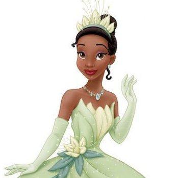 青蛙公主的真人版沒有笑容看起來有點死硬,但看起來也是美女一位~