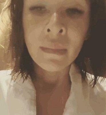 深夜時份,蕭亞軒在Instagram上載一條披頭散髮,神情恍惚而且樣貌憔悴的影片,嚇壞不少網民。影片中,她身穿浴袍,對著鏡頭說:「我好冷喔,可以趕快把門卡給我嗎,泡澡完沒有門卡,門卡消失好痛苦。」。這一則求助訊息要求「開門」,但網民也紛紛摸不著頭腦她到底是在說甚麼。