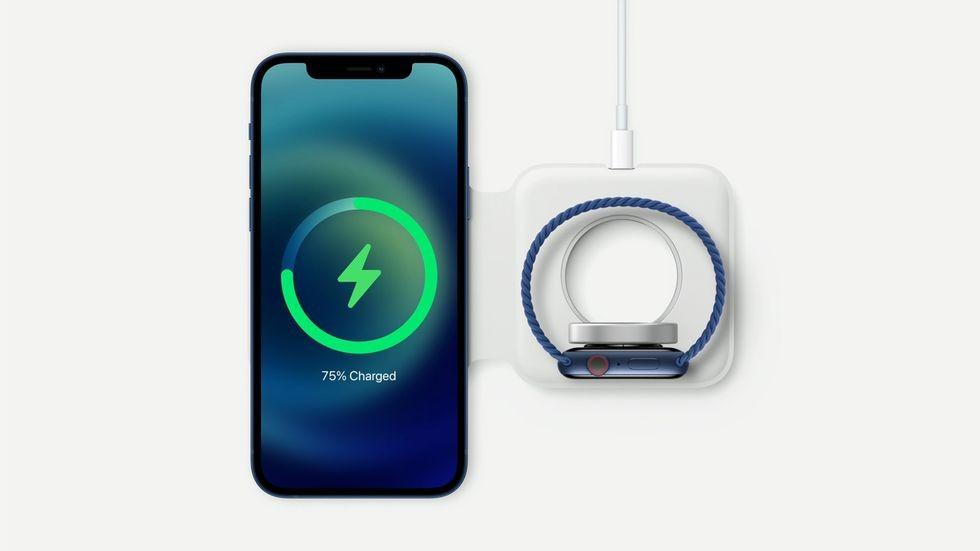 【iPhone 11/XR減價】iPhone 12系列的機背加入了最新的充電技術,以磁吸式配合全新的MagSafe無線充電板,讓你可以對準充電位置
