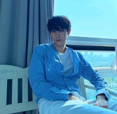 kimyongdae在劇集《意外發現的一天》2019年尾爆紅的偶像劇中,幾位新人演員也紛紛出位爆紅!其中一位就是1996年出生的金勇大,身高185CM。