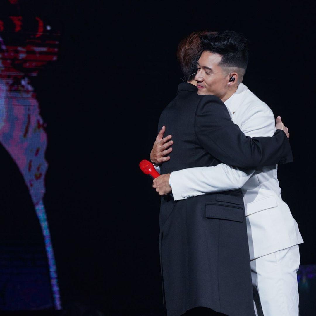 張敬軒曾在關智斌的演唱會說過,因彼此一起見證大家很多高低起跌,所以一時之間很難用三言兩語說得清,但是當看到對方在事業上的成就,都會很替對方高興。
