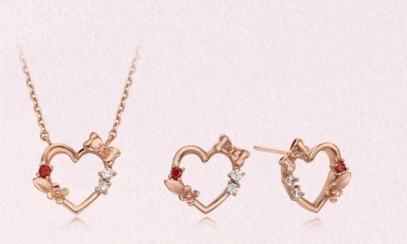 優雅的白雪公主飾品加上了玫瑰花、紅心和蝴蝶結來表達白雪公主的故事,勾起你的童年回憶!戒指是兩隻合併款,形成雙重的心型,單戴或是重疊著一起戴也超美!